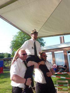 Der neue König wird auf den Schultern vom Stand getragen - zum Bierwagen!