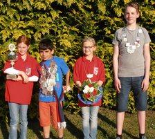 Kinderkönig Philip Blumenthal und Königin Lina Hermann, Jugendkönig René Kuttler sowie Jugendpokalsiegerin Hanna Güttler schauen da schon etwas skeptischer